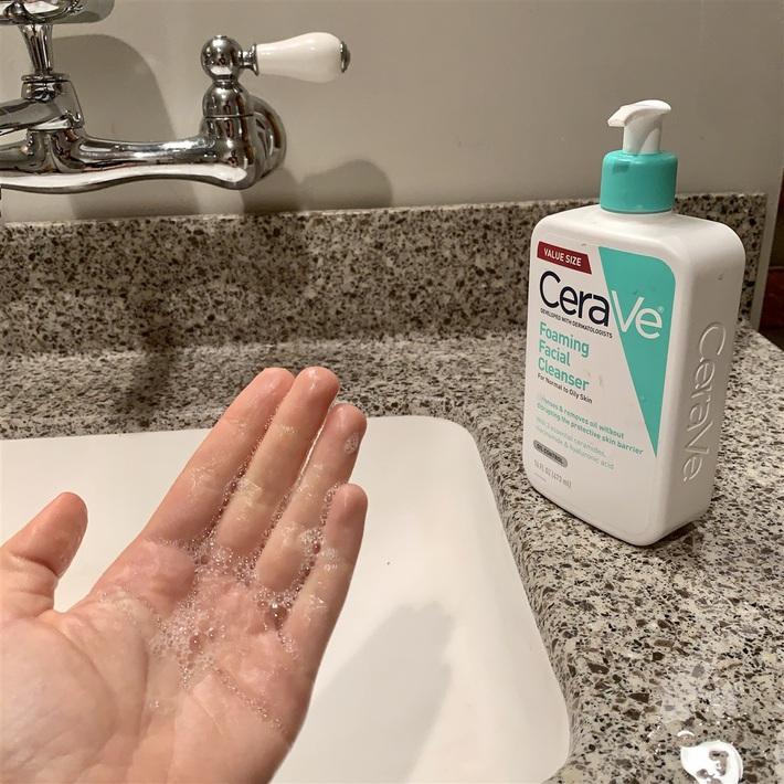 Thử sữa rửa mặt bình dân được bác sĩ khen ngợi, nàng BTV hoàn toàn bị thuyết phục: Da mềm mịn, mụn ít đi, lần đầu dám khoe mặt mộc - Ảnh 2.