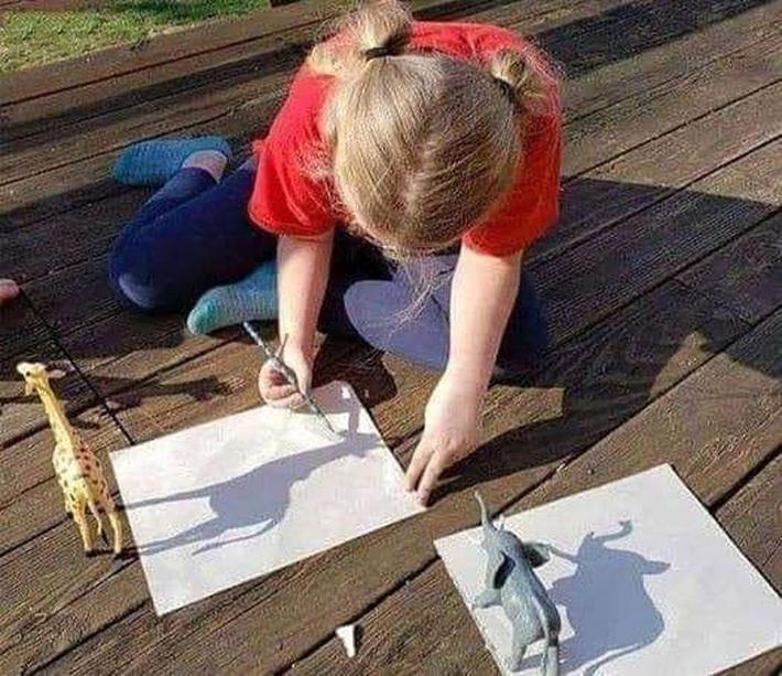 Cô bé láu cá nhất năm là đây: Trổ tài vẽ tranh như họa sỹ, mẹ đang định ngợi khen thì té ngửa bởi chiêu trò có 1-0-2 - Ảnh 1.