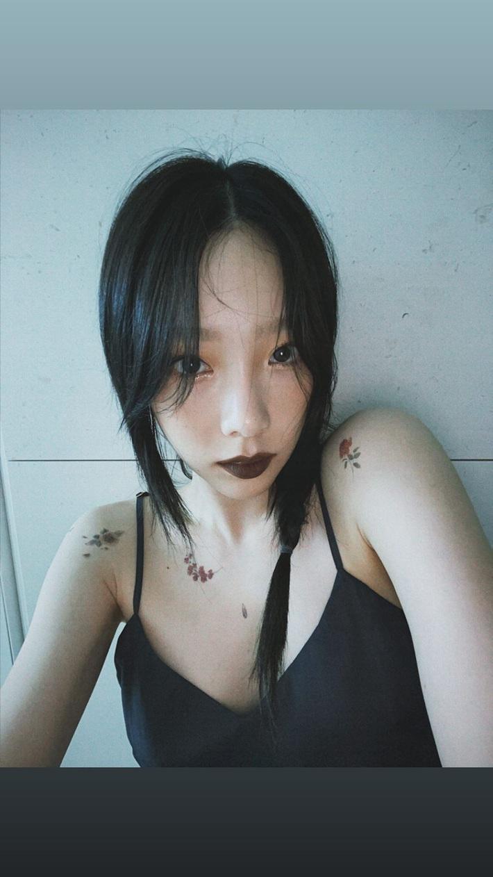 Taeyeon (SNSD) gây bão với màn lột xác: Trễ nải khoe triệt để vòng 1 với  4 hình xăm trải dài, giờ lại còn trang điểm sexy - Ảnh 4.