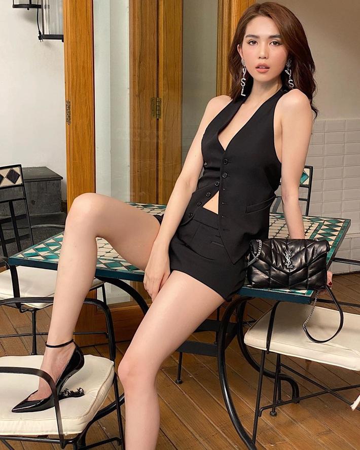 Cùng diện vest khoe eo: Jennie đơn giản sexy, Ngọc Trinh cởi khuy vẫn chẳng khiến dân tình đắm đuối cá chuối - Ảnh 2.