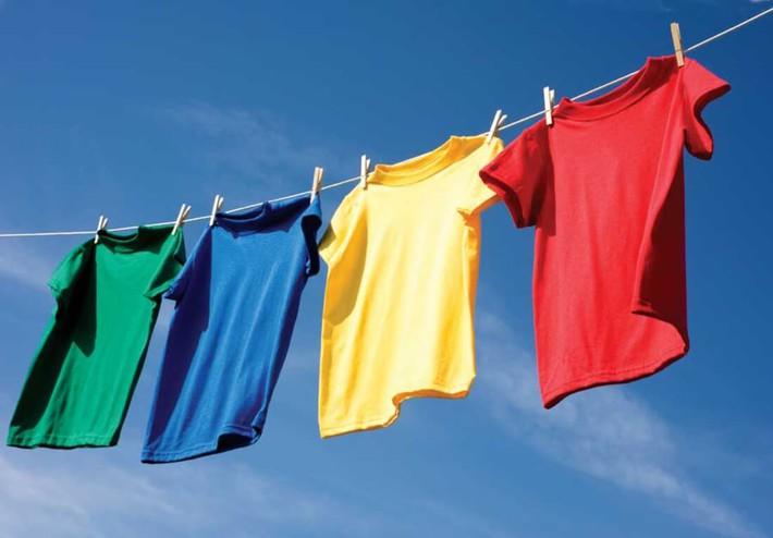Muốn quần áo khô nhanh lại thơm tho trong những ngày mưa nhiều thì các chị em vào đây xem ngay bí kíp nhé! - Ảnh 1.