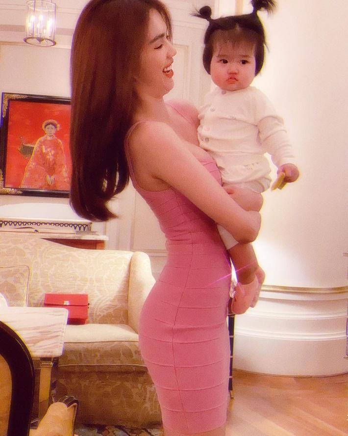 Cùng diện váy bó, 9 năm trước Ngọc Trinh lộ mỡ bụng muối mặt, giờ dáng nuột đến độ chẳng cần photoshop - Ảnh 2.