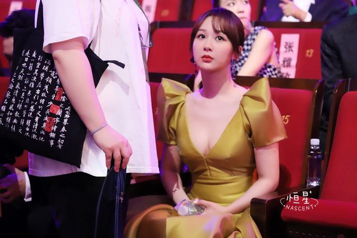 Stylist kỳ công sửa sang nhưng Dương Tử vẫn ê chề vì chiếc váy phản chủ, gây hiểm lầm chết người - Ảnh 4.