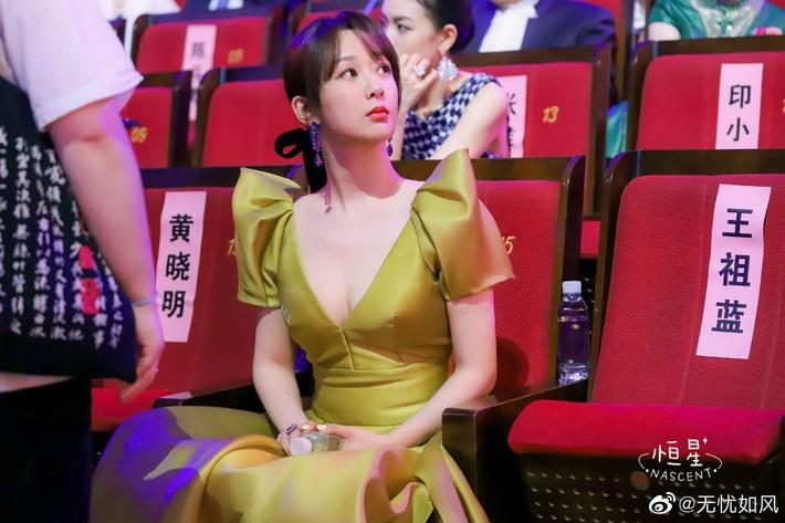 Stylist kỳ công sửa sang nhưng Dương Tử vẫn ê chề vì chiếc váy phản chủ, gây hiểm lầm chết người - Ảnh 5.
