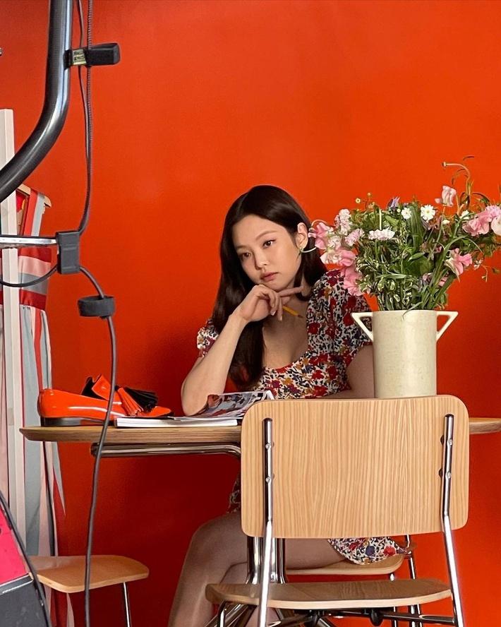 Nhờ stylist sửa đồ mà visual Jennie như được nâng tầm, khác bọt đáng kể so với người mẫu hãng - Ảnh 3.