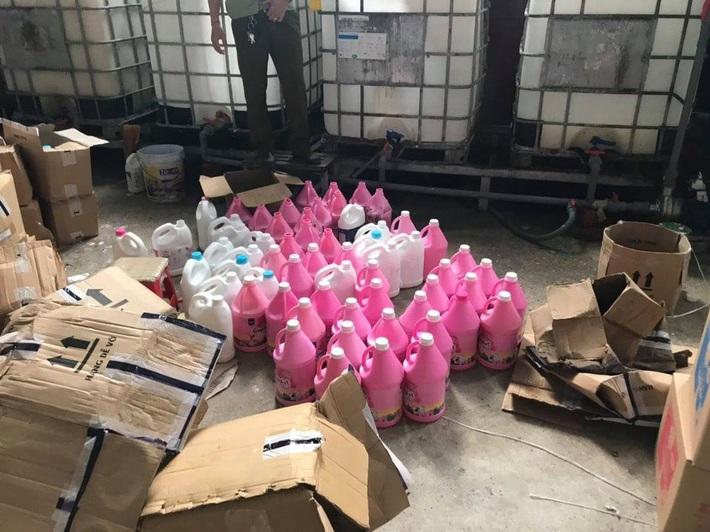 Bắt hàng nghìn can nước giặt giả mạo nhãn hiệu D-nee, Comfort, sản xuất bằng công nghệ xô chậu - Ảnh 3.