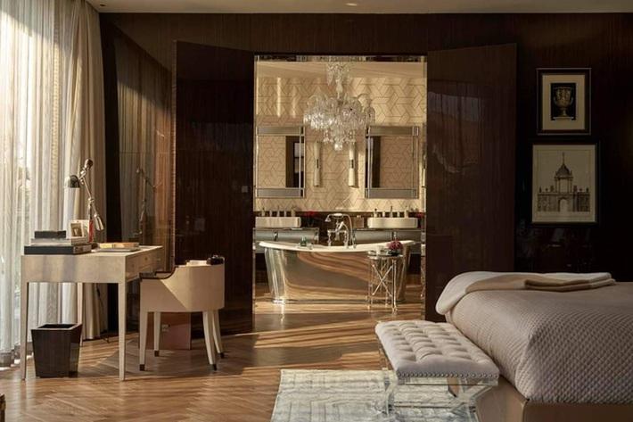 Tổng hợp những thiết kế gây tranh cãi của Thái Công: Nhàm chán vì lạm dụng sách decor, bồn tắm sàn gỗ thiếu tính thực tiễn - Ảnh 1.