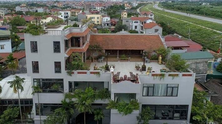 Nguyên một căn nhà cổ trăm tuổi trên tầng mái tạo nên ngôi nhà tân cổ giao duyên độc nhất vô nhị ở Việt Nam - Ảnh 1.