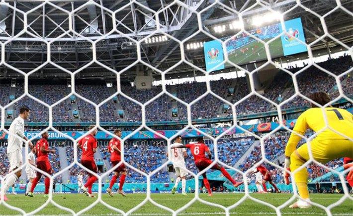 Tây Ban Nha vượt lên dẫn trước bằng bàn thắng phản lưới nhà của hậu vệ Thụy Sĩ - Ảnh 2.