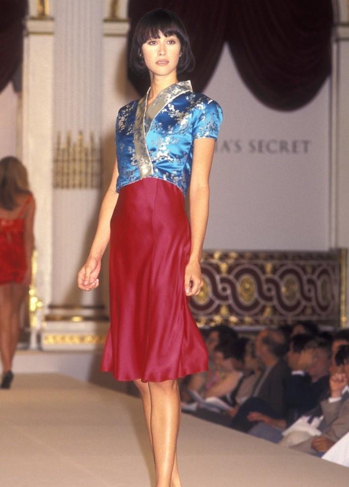 Show của Victorias Secret những ngày đầu tiên: Áo quần gây sốc từ thập niên 90, tiêu chuẩn dàn mẫu trước drama body shaming thế nào? - Ảnh 7.