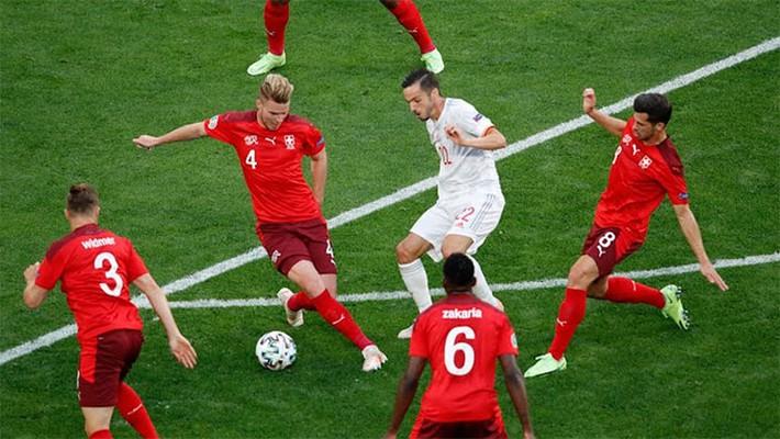 Tây Ban Nha vượt lên dẫn trước bằng bàn thắng phản lưới nhà của hậu vệ Thụy Sĩ - Ảnh 1.