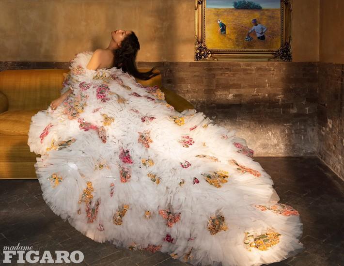 Diện tới 4/5 thiết kế Haute Couture cho lần lên bìa số Kim Cửu, mỹ nhân Cbiz này hẳn là muốn đàn em hít khói? - Ảnh 2.