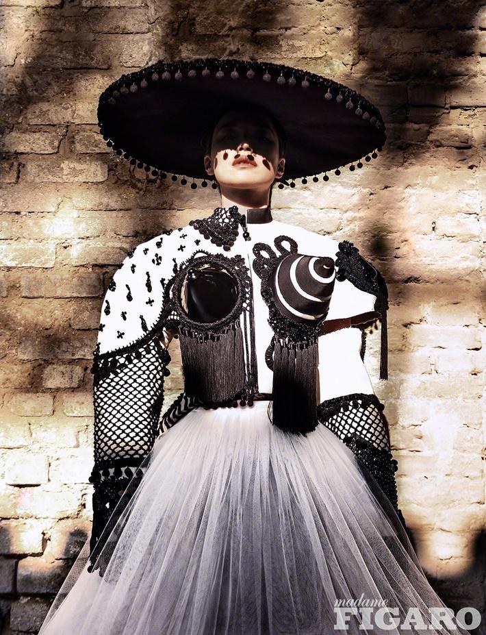 Diện tới 4/5 thiết kế Haute Couture cho lần lên bìa số Kim Cửu, mỹ nhân Cbiz này hẳn là muốn đàn em hít khói? - Ảnh 3.