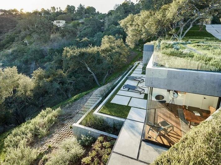Nằm ở hẻm núi dưới tán cây sồi trăm tuổi, ngôi nhà gây ngạc nhiên nhờ kết cấu bất đối xứng đặc biệt - Ảnh 4.