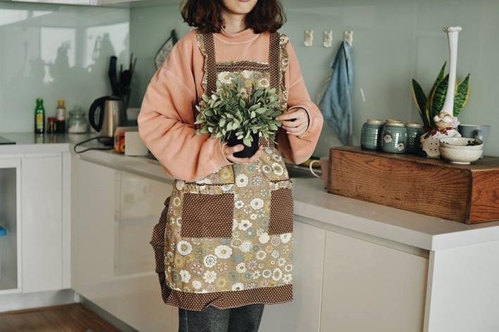 Bà nội trợ vẫn duyên dáng khi vào bếp với những mẫu tạp dề xinh tươi giá chỉ từ 50 nghìn đồng - Ảnh 1.