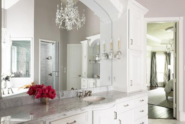 Nâng tầm vẻ đẹp của căn phòng tắm gia đình với thiết kế đèn chùm rực rỡ - Ảnh 12.