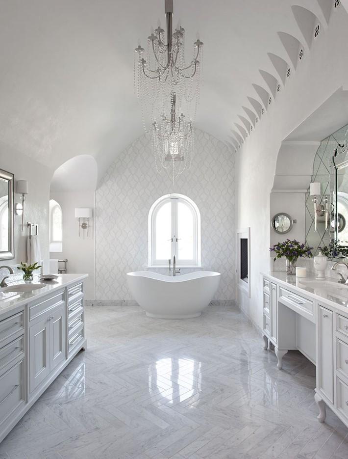 Nâng tầm vẻ đẹp của căn phòng tắm gia đình với thiết kế đèn chùm rực rỡ - Ảnh 2.