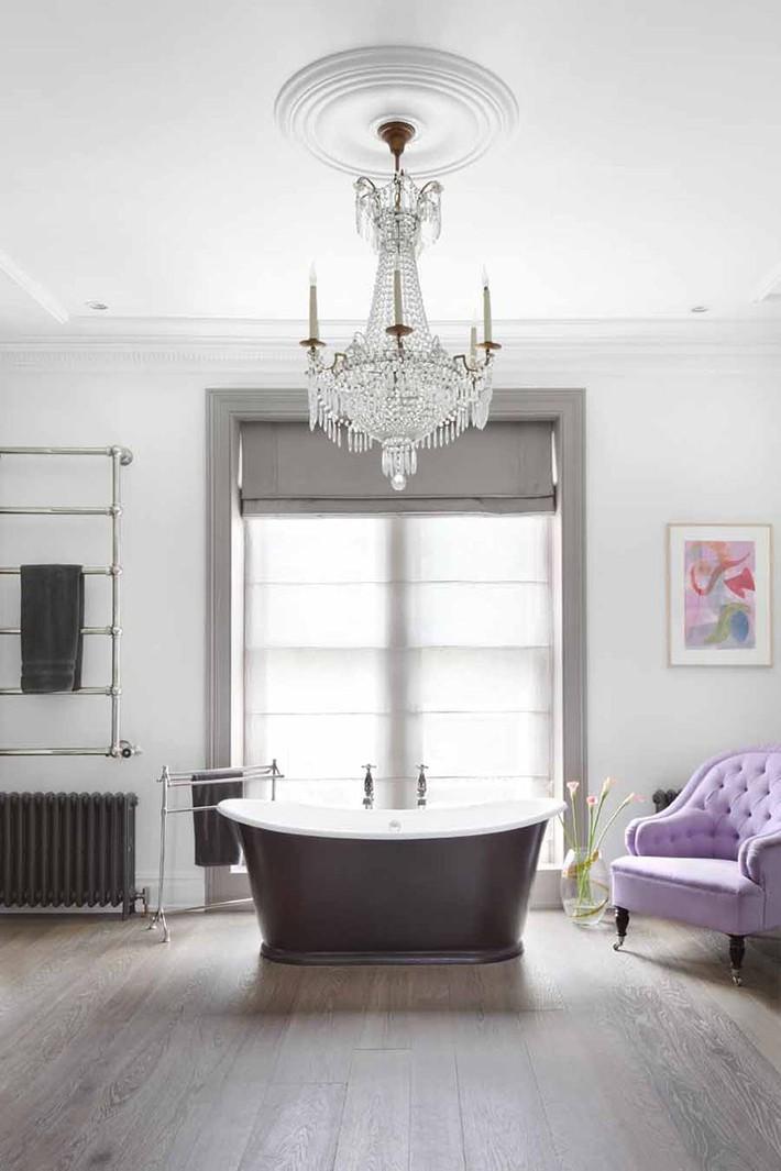 Nâng tầm vẻ đẹp của căn phòng tắm gia đình với thiết kế đèn chùm rực rỡ - Ảnh 3.