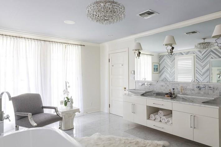 Nâng tầm vẻ đẹp của căn phòng tắm gia đình với thiết kế đèn chùm rực rỡ - Ảnh 6.
