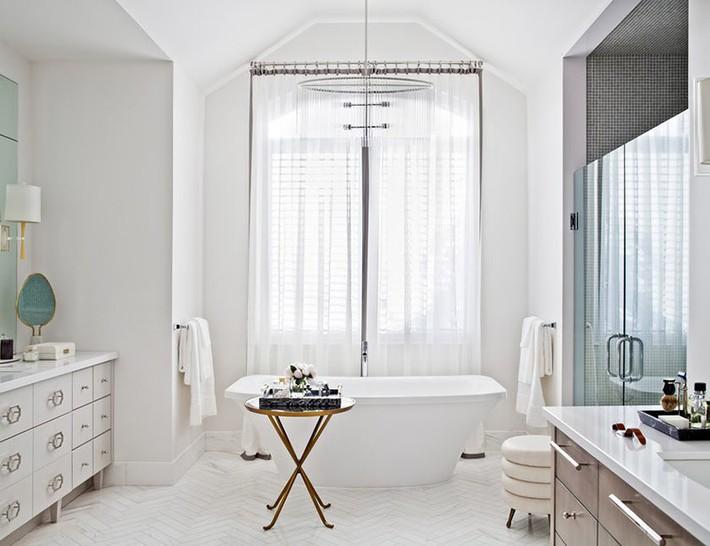 Nâng tầm vẻ đẹp của căn phòng tắm gia đình với thiết kế đèn chùm rực rỡ - Ảnh 7.