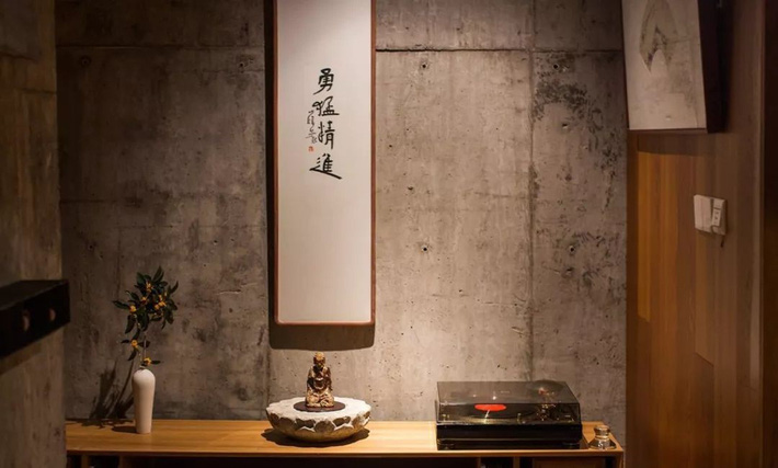 Căn nhà 2 tầng thô mộc theo phong cách Nhật Bản với lớp tường kính kết nối thiên nhiên, ẩn chứa vạn điều bất ngờ khiến nhiều người thích thú - Ảnh 10.