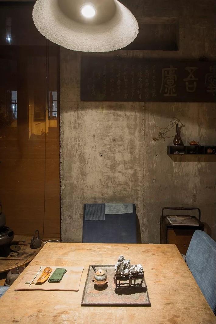 Căn nhà 2 tầng thô mộc theo phong cách Nhật Bản với lớp tường kính kết nối thiên nhiên, ẩn chứa vạn điều bất ngờ khiến nhiều người thích thú - Ảnh 9.