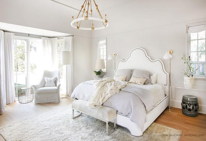 Nhẹ nhàng, đơn giản là thế nhưng một phòng ngủ đơn sắc trắng vẫn là niềm yêu thích của biết bao chị em - Ảnh 1.