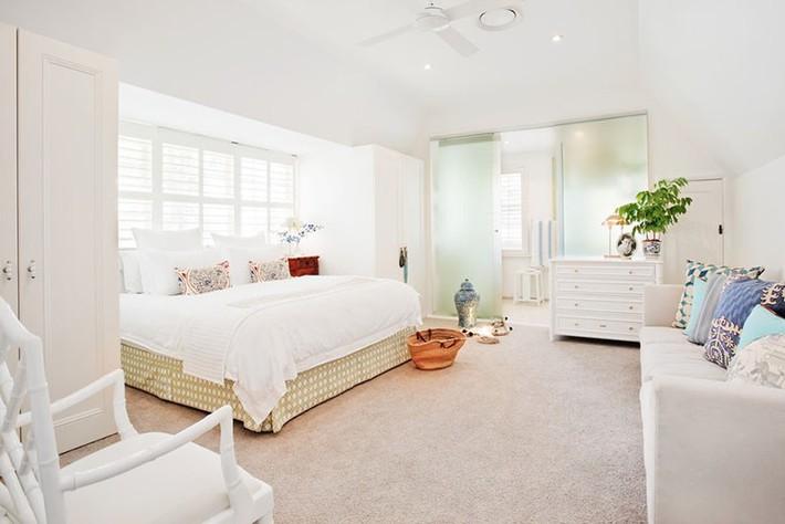 Nhẹ nhàng, đơn giản là thế nhưng một phòng ngủ đơn sắc trắng vẫn là niềm yêu thích của biết bao chị em - Ảnh 13.