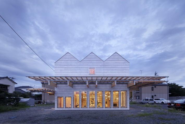 Ngôi nhà có mặt tiền 4 hình chữ nhật gây choáng vì cấu trúc gỗ đẹp tinh xảo bên trong - Ảnh 1.