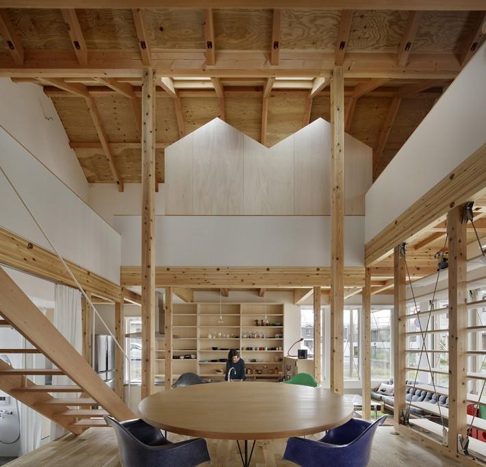 Ngôi nhà có mặt tiền 4 hình chữ nhật gây choáng vì cấu trúc gỗ đẹp tinh xảo bên trong - Ảnh 2.