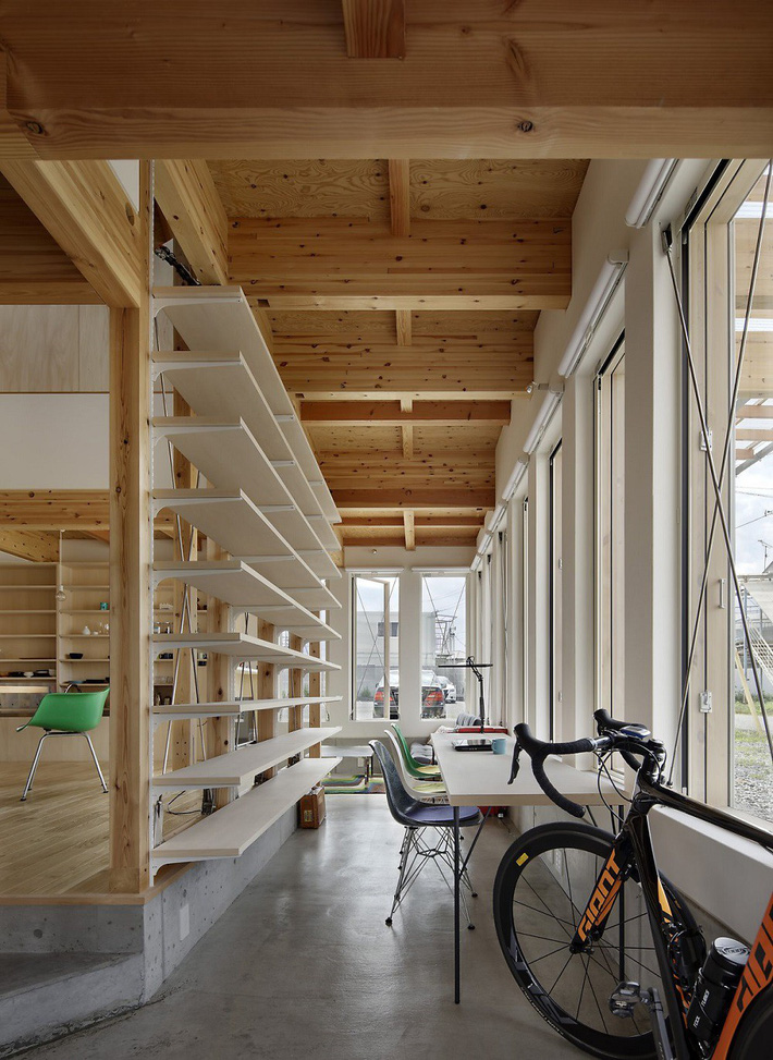 Ngôi nhà có mặt tiền 4 hình chữ nhật gây choáng vì cấu trúc gỗ đẹp tinh xảo bên trong - Ảnh 4.