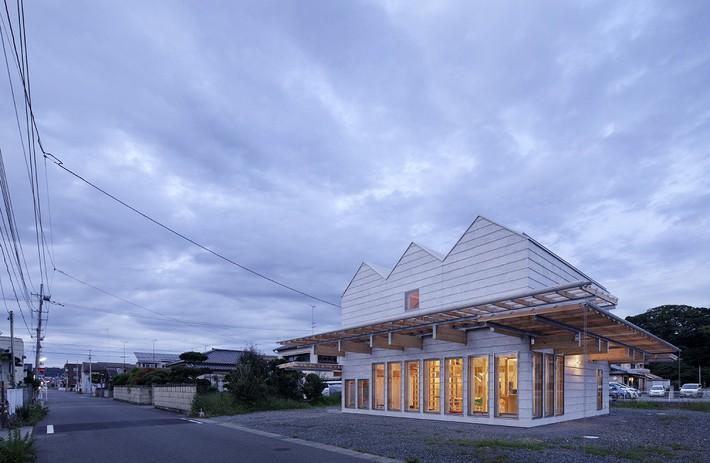Ngôi nhà có mặt tiền 4 hình chữ nhật gây choáng vì cấu trúc gỗ đẹp tinh xảo bên trong - Ảnh 9.