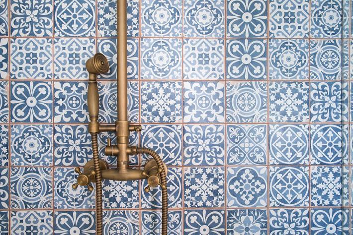 Cận cảnh 3 thiết kế phòng tắm được hồi sinh theo phong cách Tây Ban Nha thập niên 1930 nhờ các vật liệu công nghiệp - Ảnh 9.