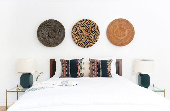 Mách bạn vài cách vừa rẻ vừa dễ để trang trí đầu giường thu hút hơn trong tức thì - Ảnh 1.