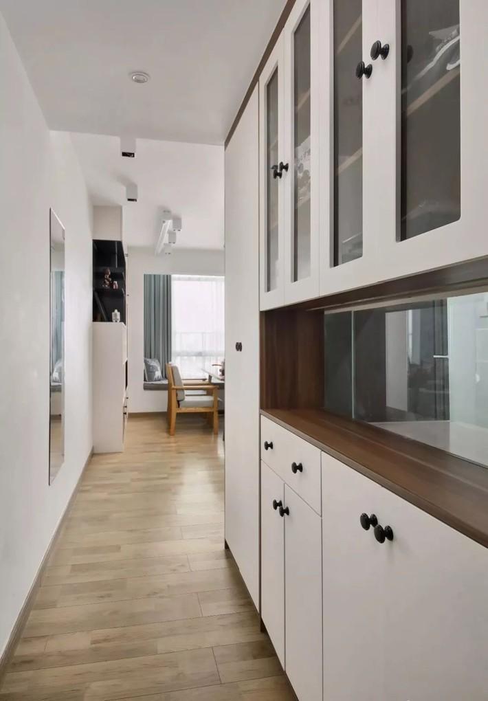 Cặp vợ chồng trẻ cải tạo căn hộ 54m² từ chật hẹp thành không gian vô cùng rộng rãi nhờ khéo thiết kế khu vực lưu trữ - Ảnh 3.
