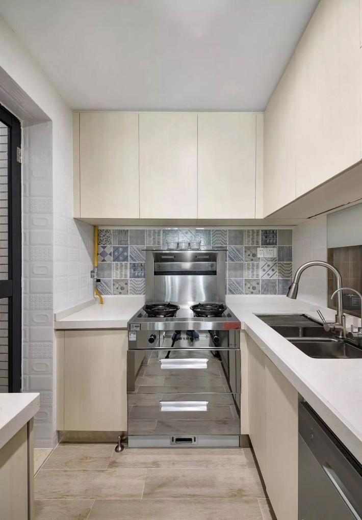 Cặp vợ chồng trẻ cải tạo căn hộ 54m² từ chật hẹp thành không gian vô cùng rộng rãi nhờ khéo thiết kế khu vực lưu trữ - Ảnh 12.