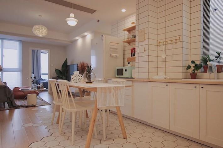 Căn hộ 70m² trên tầng 33 đẹp hút hồn với thiết kế gạch sàn bếp hình lục giác độc đáo - Ảnh 4.