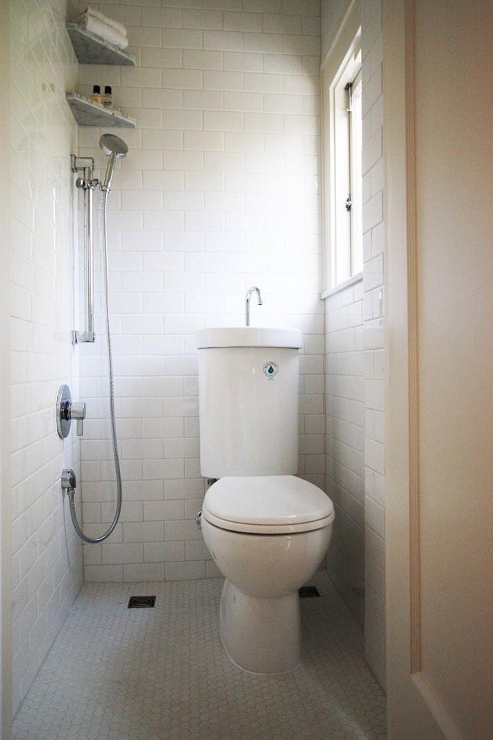 Gợi ý các thiết kế bồn cầu ăn gian diện tích cho những người sở hữu một căn phòng tắm chật hẹp - Ảnh 4.