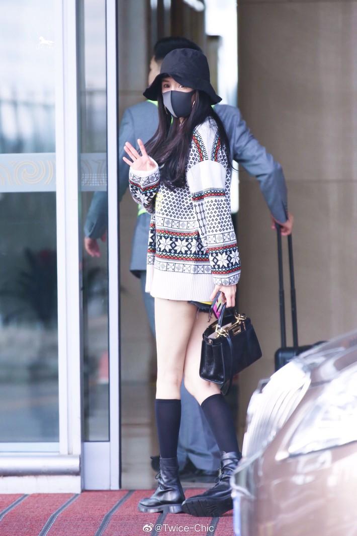 Nữ hoàng sân bay Dương Mịch chiếm trọn spotlight với đôi chân manga siêu đỉnh nhưng bất ngờ gặp sự cố hớ hênh - Ảnh 2.