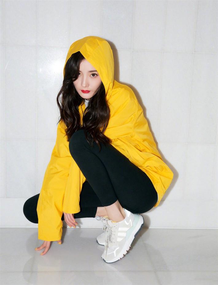 Cùng 1 dáng pose quảng cáo sneaker: Dương Mịch, Angela Baby... khoe đẳng cấp; quay sang Dương Tử bỗng tụt mood - Ảnh 1.