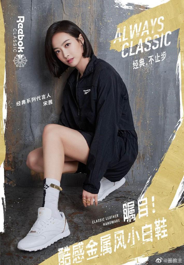 Cùng 1 dáng pose quảng cáo sneaker: Dương Mịch, Angela Baby... khoe đẳng cấp; quay sang Dương Tử bỗng tụt mood - Ảnh 4.