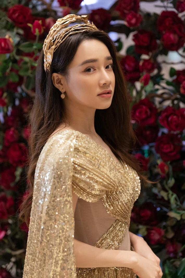 Ngập sắc vàng kim cả một thảm đỏ: Lan Ngọc đài các đúng kiểu Crazy Rich Asian, Nhã Phương long lanh tựa nữ thần - Ảnh 4.