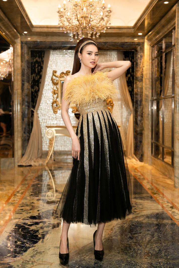 Ngập sắc vàng kim cả một thảm đỏ: Lan Ngọc đài các đúng kiểu Crazy Rich Asian, Nhã Phương long lanh tựa nữ thần - Ảnh 1.