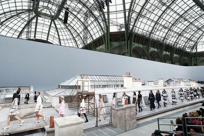 Trò lố hi hữu tại show Chanel: khách mời hám fame xông lên sàn diễn nhưng chưa gì đã bị Gigi Hadid xử đẹp - Ảnh 7.