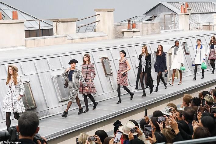 Trò lố hi hữu tại show Chanel: khách mời hám fame xông lên sàn diễn nhưng chưa gì đã bị Gigi Hadid xử đẹp - Ảnh 2.