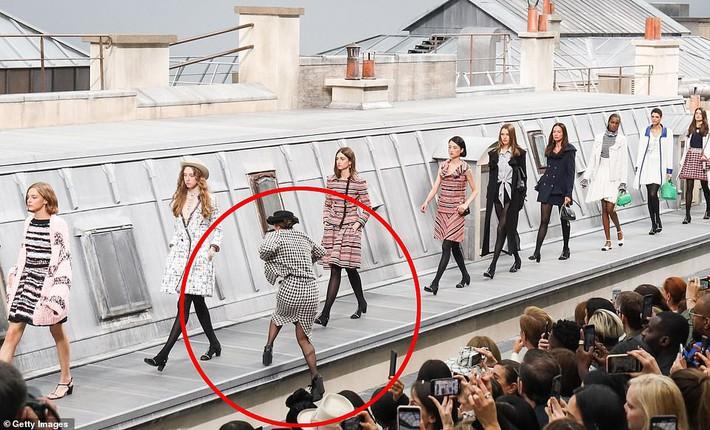 Trò lố hi hữu tại show Chanel: khách mời hám fame xông lên sàn diễn nhưng chưa gì đã bị Gigi Hadid xử đẹp - Ảnh 1.
