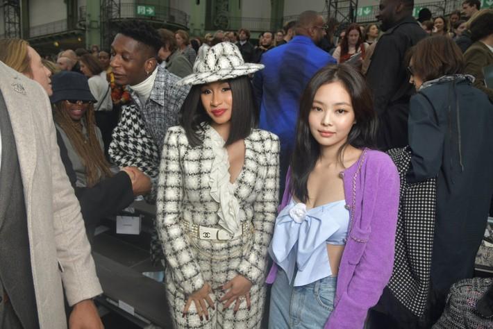 Trò lố hi hữu tại show Chanel: khách mời hám fame xông lên sàn diễn nhưng chưa gì đã bị Gigi Hadid xử đẹp - Ảnh 8.