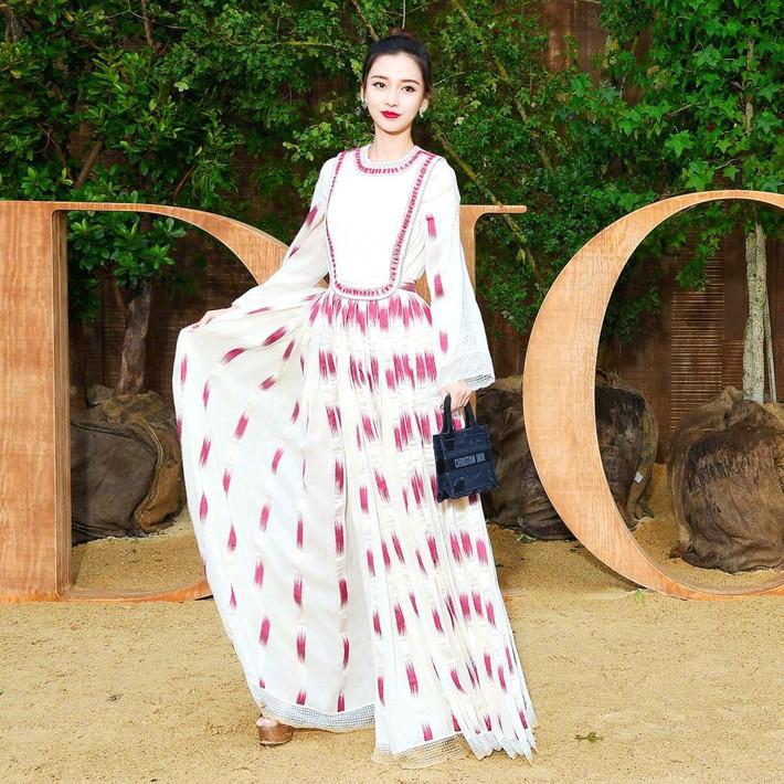 Blogger nổi tiếng ác miệng chê cả dàn sao Cbiz dự fashion week: ví Angela Baby là cô gái vắt sữa bò, gọi Dương Siêu Việt là nữ quỷ - Ảnh 2.