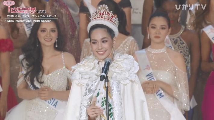 Tân Hoa hậu Quốc tế 2019: Biết là xinh đẹp nhưng nhan sắc ít phấn son mới gây bất ngờ, style cũng chất chẳng kém ai - Ảnh 1.