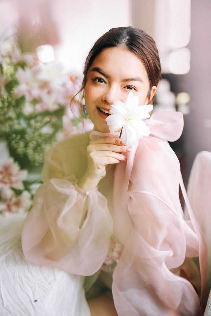 Đụng áo xuyên thấu: Angela Phương Trinh sexy, lúng liếng khác hẳn vẻ trong trẻo của đàn chị Phạm Quỳnh Anh - </p> </div></div> </div> </article><article class=